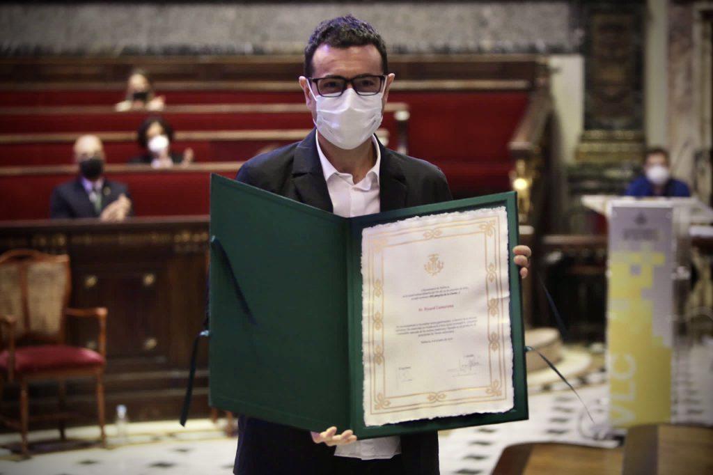 """Ricard Camarena con el título que le acredita como """"Hijo Adoptivo de València"""""""