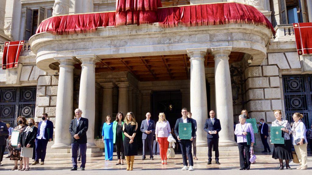 Todos los distinguidos en la puerta del Ajuntament de València