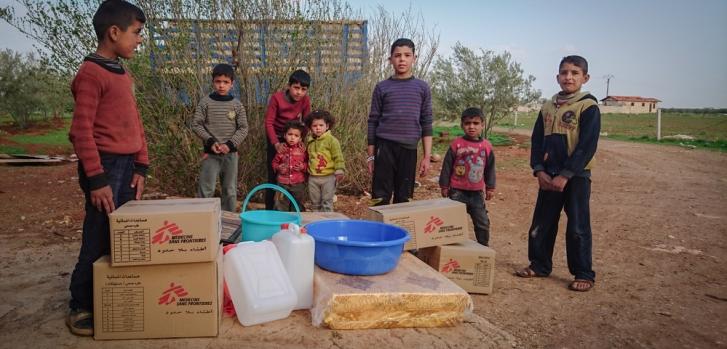 Niños sirios del pueblo de Al Nuaymá con kits de primera necesidad distribuidos por MSF